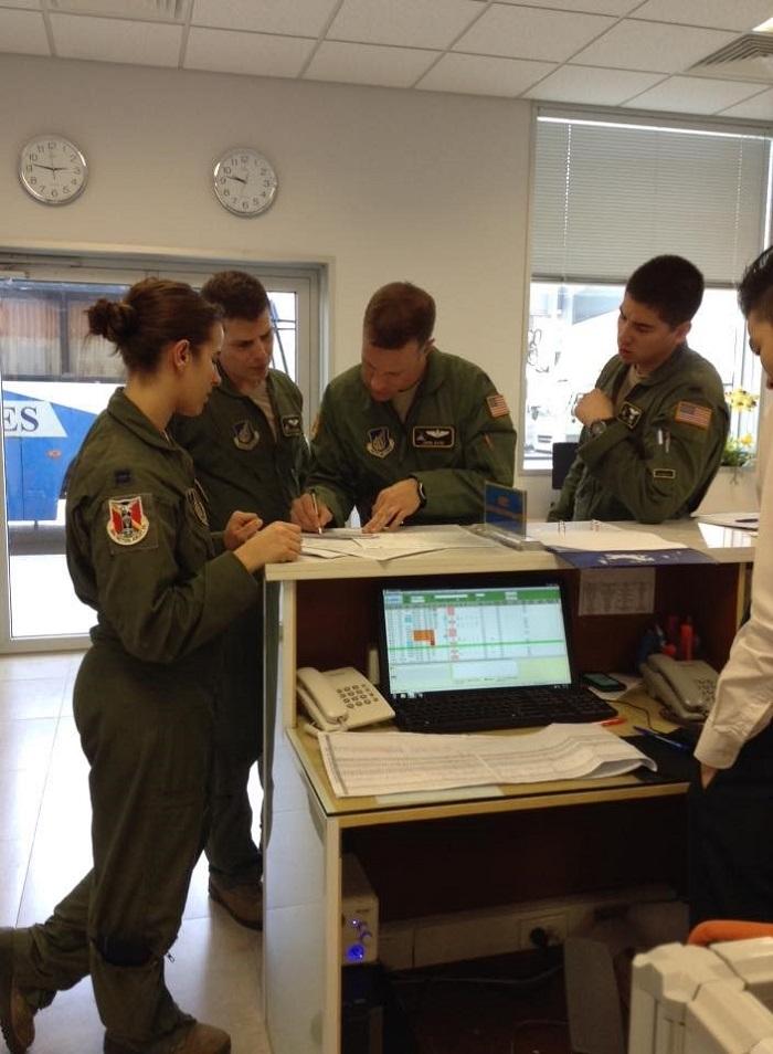 Tổ lái chuẩn bị kế hoạch bay của Cảng hàng không quốc tế Nội Bài